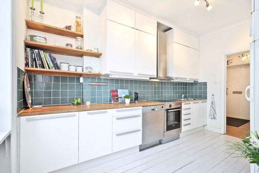 деревянные поверхности на белой кухне