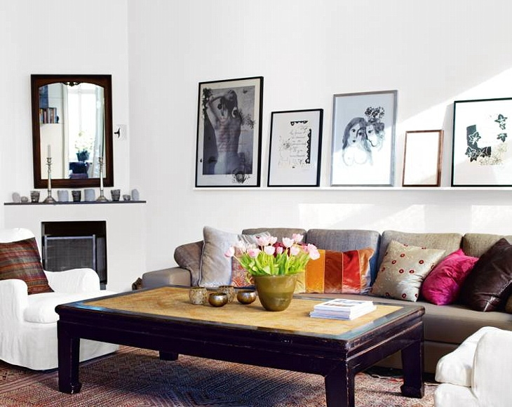 Картины на полке над диваном