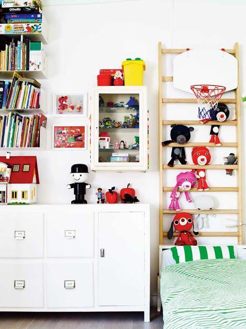 Лестница-стеллаж в детской