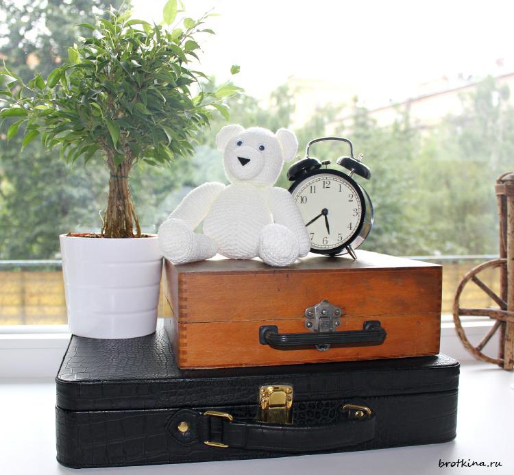 Белый медведь, связанный спицами
